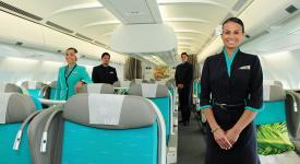 photo de 4 personnels commerciaux qui posent dans la classe business poerava d'Air Tahiti Nui