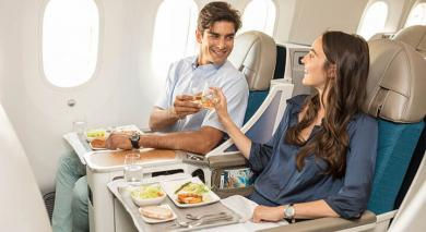 couple à bord d'air tahiti nui en classe poerava business qui trinquent