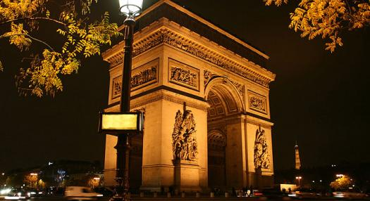 Photo of the Arc de Triomphe in Paris by night