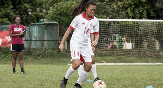 photo de kiani wong qui joue au football